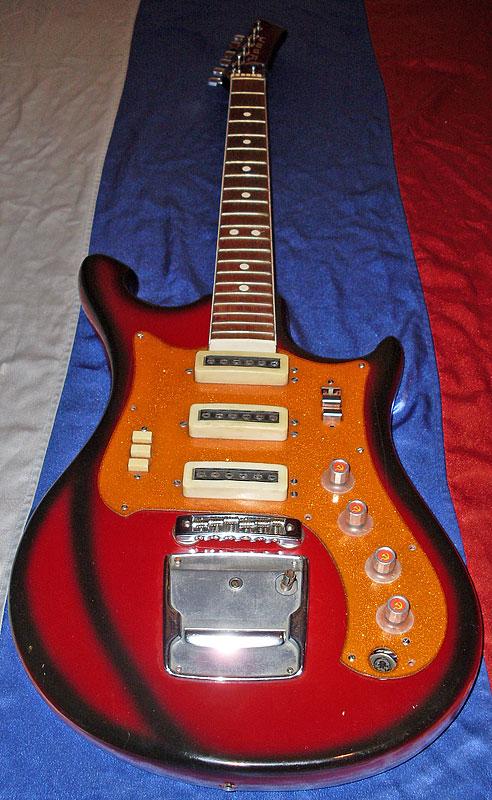 Вес гитары: 3,5 кг.